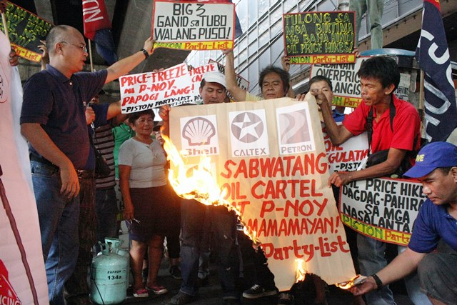 Piston members burn a representation of Aquino-Big 3 oil companies' 'collusion'   in a pre-election protest action (File Photo by Jhun R. Dantes / www.bulatlat.com)