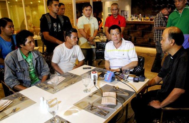 Davao City Mayor Rodrigo Duterte discusses with Bishop Modesto Villasanta and fathers of the NPA captives. (davaotoday.com photo by John Rizle L. Saligumba)
