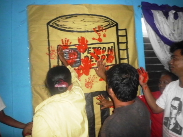 Cavite fisherfolk, urban poor show their anger at Petron's refusal to compensate victims of oil spill in Cavite (Photo courtesy of CPDM / bulatlat.com)