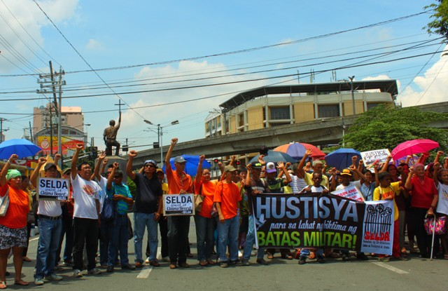 Victims of martial law marched to Chino Roces (formerly Mendiola) bridge to demand justice. (Photo by Ronalyn V. Olea/ Bulatlat.com)