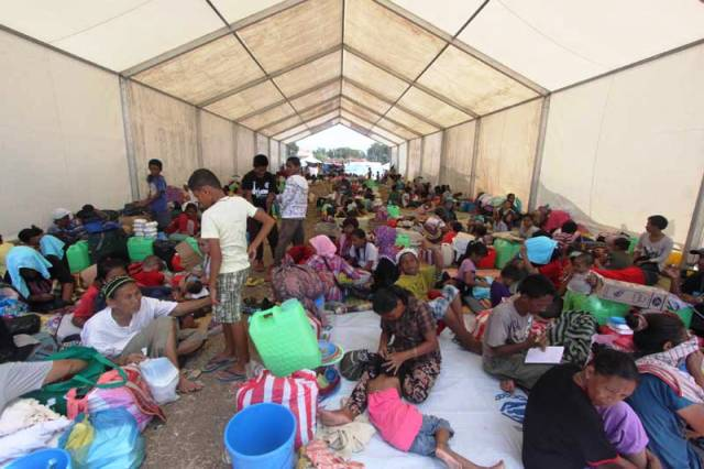 Many displaced people are now homeless. One communal tent in Zamboanga city's largest evacuation centre, Joaquin Enriquez Memorial Sports Complex, houses over 50 families. (Photos by Karlos Manlupig, courtesy of ICRC)