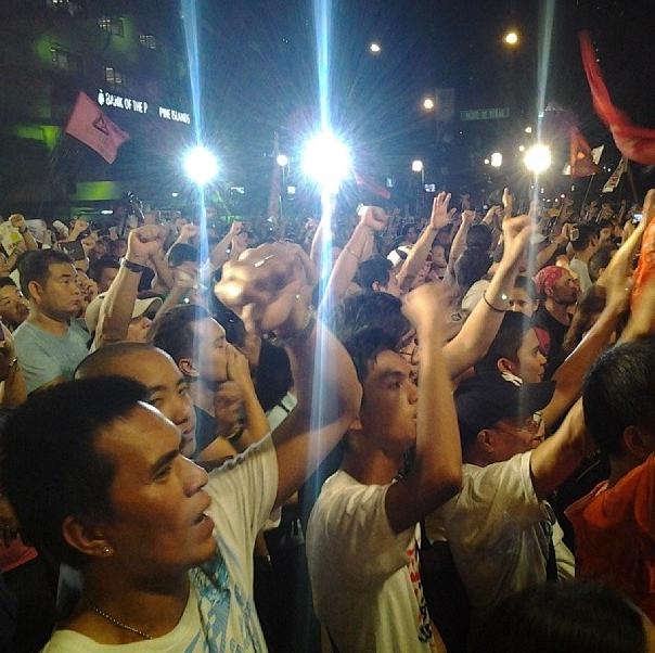 Protesters raise their clenched fists as Coritha sings 'Bayan ko' (Photo by J. Ellao / Bulatlat.com)