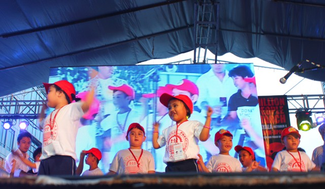 Children from PCMC Preschool sing and dance at the Million People March in Makati. They call on President Benigno Aquino III to donate the land to PCMC. (Photo by Ronalyn V. Olea/ Bulatlat.com)