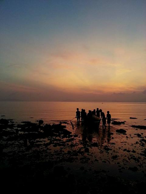 Young boys head out to the sea for a morning of fishing. (Pom Cahilog-Villanueva/Bulatlat.com)