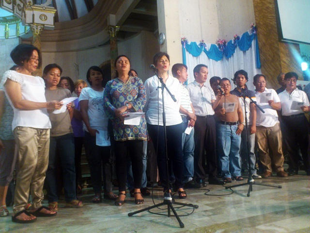 Leaders of Bagong Alyansang Makabayan (Bayan) and Peopke's Choral sing for Fr. Joe during a tribute  at San Roque Cathedral, Caloocan. (Photo by J. Ellao / Bulatlat.com)