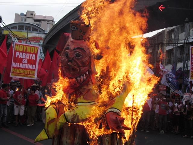 """Aquino effigy depicting him as """"Pork Barrel King"""" burns at Mendiola, Nov 30, 2013"""