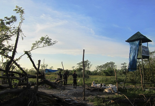 Security guards of Tarlac Development Corporation are stationed around some 200 hectares of agricultural land in Balete village, Hacienda Luisita. (Photo by Ronalyn V. Olea)