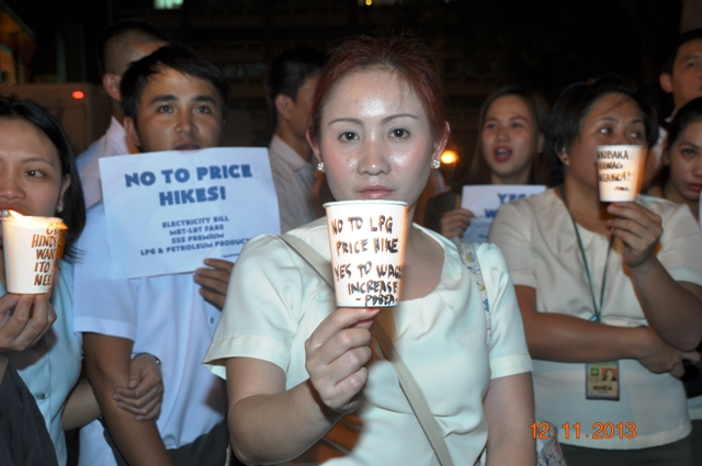 Bank employees in Makati City protest government inaction on price hike (Photo by George Nepomuceno / Bulatlat.com)