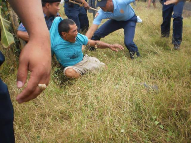 Jose Baldiviano arrested by policemen on December 21, 2013 (Photo courtesy of Unyon ng Manggagawa sa Agrikultura)