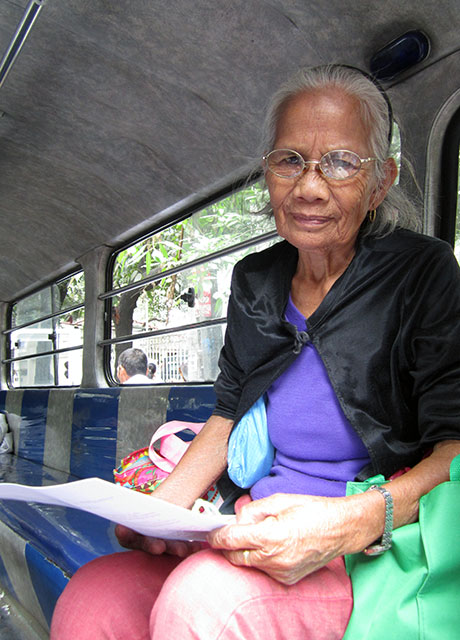 Luisita farmer Leonora Layco signs her complaint-affidavit against Cojuangco-owned Tarlac Development Corporation (Tadeco) and policemen, Jan. 16. (Photo by Ronalyn V. Olea/ Bulatlat.com)