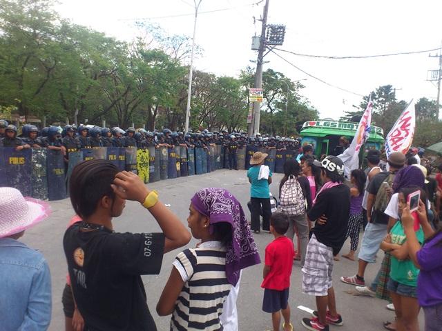 Policemen prevent members of progressive organizations from holding a program along Agham Road yesterday. (Photo by Janess Ann J. Ellao / Bulatlat.com)