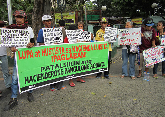 Hacienda Luisita farmers hold a protest action in front of the Department of Agrarian Reform (DAR) main office, Feb. 5. (Photo by Ronalyn V. Olea / Bulatlat.com)