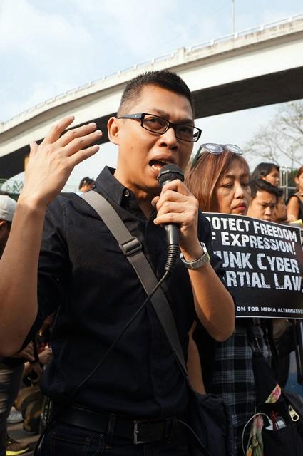 "Blogger Tonyo Cruz slams the ""criminalisation of the right to free speech."" (Photo by Janess Ann J. Ellao / Bulatlat.com)"