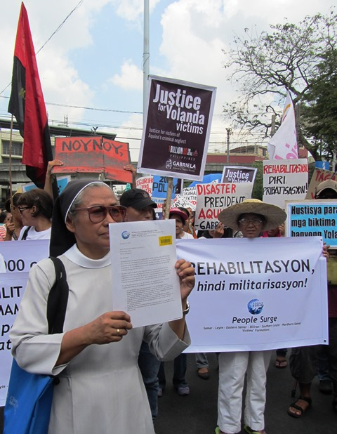 Sr. Edita Eslopor shows the Malacañang-received copy of their petition, signed by 17,585 Yolanda survivors. (Photo  by M. Salamat / www.bulatlat.com)