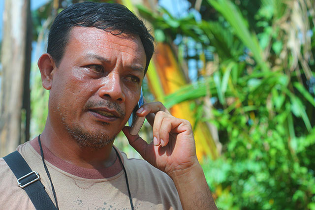 Gregorio Ratin provides live report for DZUP's Sali na Bayan during a fact-finding mission on mining in Nagtalay, Negros Occidental in November 2011.