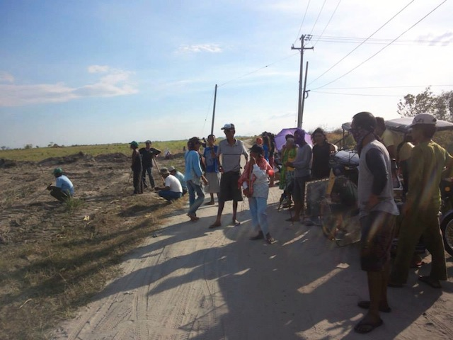Farmers of Cutcut village inside the Hacienda Luisita rush to the rice fields as security guards of Cojuangco-owned Tarlac Development Corporation (Tadeco) bulldozed a portion of their farm. (Photo courtesy of Unyon ng Manggagawa sa Agrikultura / Bulatlat.com)