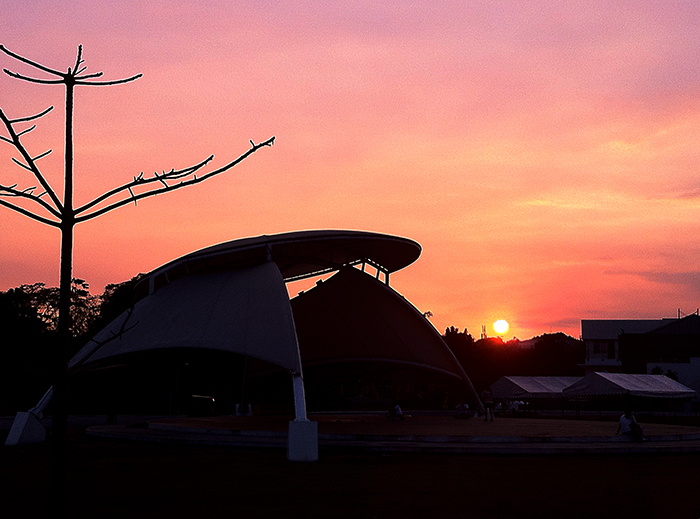 Open spaces bring out the beauty of Philippine sunsets even more.  (National Science Center, UP Diliman, Quezon City)