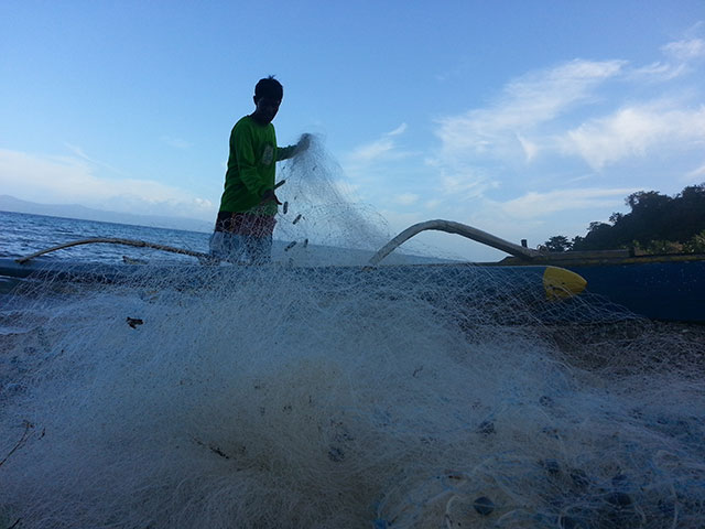 A man prepares his net for an afternoon fishing. (San Agustin, Romblon) (Photo by Pom Cahilog-Villanueva / Bulatlat.com)