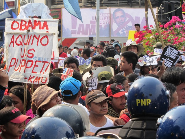 Protesters are blocked by the 'first line of defence' among the police at the gates of Malacañang, Apr 28 (Photo by M. Salamat)