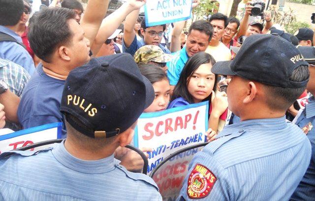 Public school teachers storm Malacañang, demand salary hike