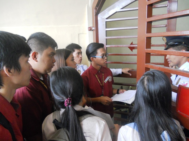 Blacklisted students tried to enter the school premises but they were barred by guards. (Photo by A. Umil/ Bulatlat.com)