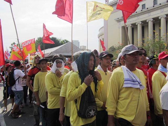 Asahi Glass contractual workers (in yellow shirts) march with regular workers (in red shirts) (Photo by M. Salamat)