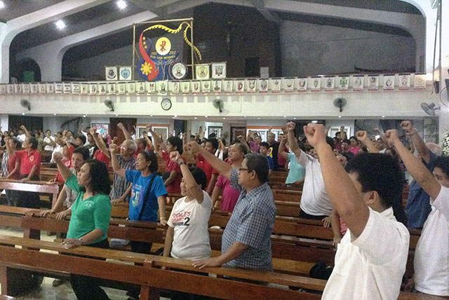 Members of the Iglesia Filipina Independiente and members of progressive groups from various sectors raised their fists in honor of the late Bishop Tomas Millamena. (Photo by Janess Ann J. Ellao/ Bulatlat.com)