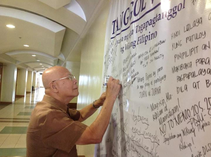 National artist Bienvenido Lumbera signing Tanggol Wika's manifesto.(Photo courtesy of Aurora E. Batnag's Facebook account/ Bulatlat.com)