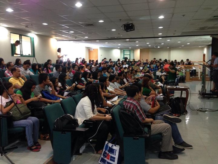 More than 300 students and professors pledged to defend Filipino subject in tertiary level. (Photo courtesy of Rowie Madula/ Bulatlat.com)