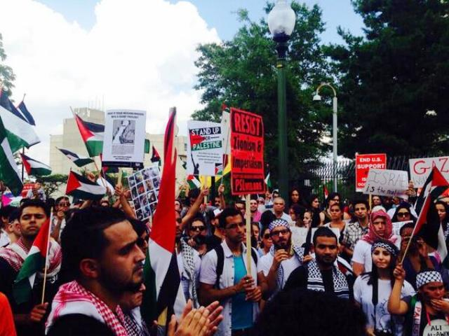 Huge crowd in front of the Israeli embassy in DC demandjng an end to air strikes on #Palestine | #GazaUnderAttack Jul 12, 2014 (Screengrab from m_x @soit_goes via popularresistance.org)