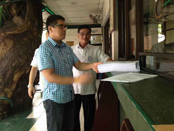 """Atty Rolando Rico """"Jong"""" Olalia personally files the appeal to revoke and disallow bail for Kapunan and all masterminds. (Photo courtesy of the National Union of Peoples' Lawyers / Bulatlat.com)"""