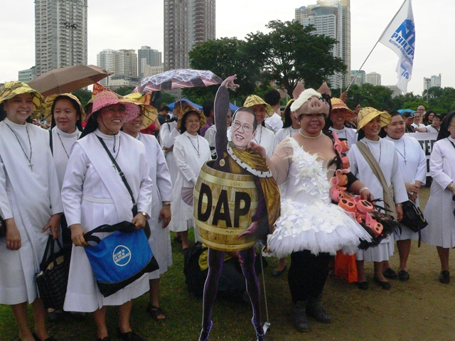 Aquino prancing to  the tune of DapDAPDap, Juan Change in 'clean but porked dress,' these are just some of the ways anti-pork and anti-corruption people spend the hot Aug 25 Sign Up Vs Pork in Luneta. (Photo by Dee Ayroso / Bulatlat.com)