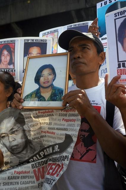 Orly Marcellana holds photo of slain wife Eden. (Photo by J. Ellao / Bulatlat.com)