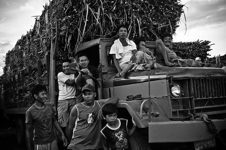 Workers of Hacienda Luisita in Tarlac rest for the noon from a hard day work of harvesting sugar canes. (File photo by C.Eco/Bulatlat.com)