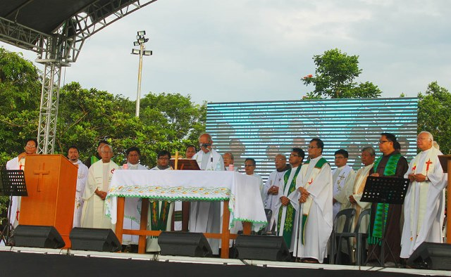 Mass at the Luneta for the people's initiative to enact law abolishing pork (Photo by Ronalyn Olea / Bulatlat.com)