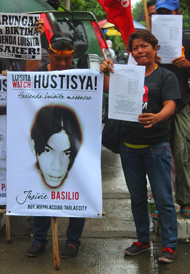 Violeta Basilio (right) sheds tears as she remembers her son, Jhavie, one of the seven killed in the Hacienda Luisita massacre. (Photo by Ronalyn V. Olea/ Bulatlat.com)
