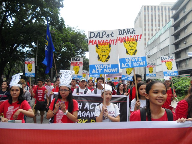 Youth and students marching to Luneta Park on Monday's Stand Up, Sign Up against pork barrel protest. (Photo by A. Umil/ Bulatlat.com)