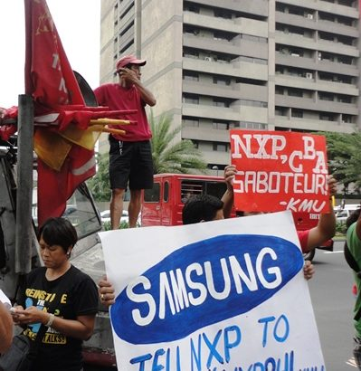 Dismissed workers of a Samsung supplier picket employers confab