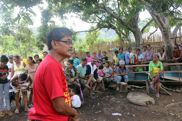 Danilo Ramos, campaign coordinator of Anakpawis Partylist, addresses residents of Yulo King Ranch (Photo by J. Ellao / Bulatlat.com)