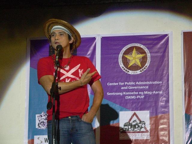 """""""Nagtawag pa sila ng backup!"""" Actor Robin Padilla points to the words """"US troops"""" (Photo by Dee Ayroso / Bulatlat.com)"""