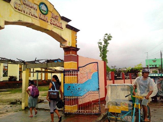 Tuloy ang pasok ng mga estudyante sa mga wasak at walang-bubong na gusali ng Guian East Central Elementary School. Kuha ni Clemente Bautista/Kalikasan PNE Enero 2014