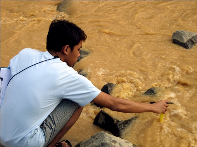 A biologist from AGHAM testing the physico-chemical charactertics of the massively polluted Didipio River. (Photo by AGHAM/Kalikasan PNE/ Bulatlat.com)