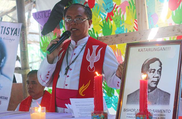 Bishop Joselito Cruz of the Iglesia Filipina Independiente leads an ecumenical mass for the Hacienda Luisita martyrs, Oct. 16 at the Mapalacsiao village, Tarlac, Tarlac. (Photo by Ronalyn V. Olea / Bulatlat.com)
