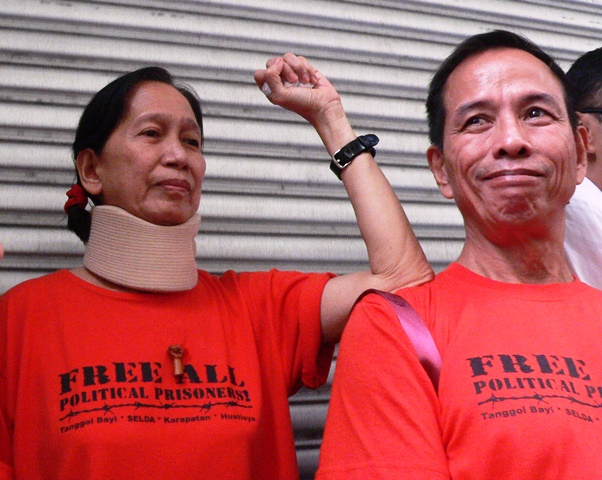 Detained Tiamzons cheering with peasant protesters (Photo by DEE AYROSO / bulatlat.com)