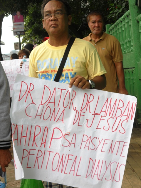 Members of the Peritoneal Dialysis Society of the Philippines protest the inhumane hospital policy of the National Kidney Transplant Institute on Oct. 30. (Photo by A. Umil/ Bulatlat.com)