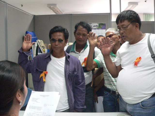 Ambala farmers from Mapalacsiao village subscribe to their complaint before DOJ Prosecutor Gail Stephanie Maderazo.  (Photo be Dee Ayroso / Bulatlat.com)