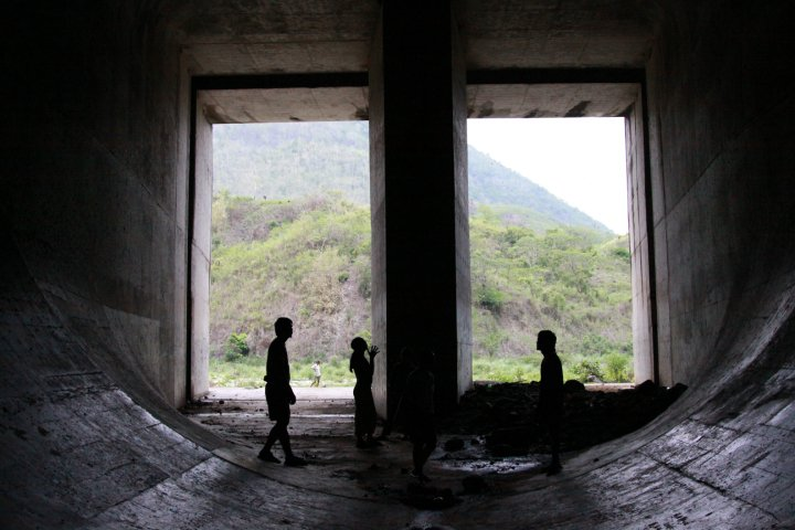 Inside a Laiban Dam tunnel (Photo by Jon Bustamante)