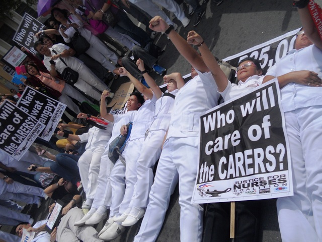 Nurses' die-in protest in Mendiola on Friday, Oct. 17. (Photo by A. Umil/ Bulatlat.com)