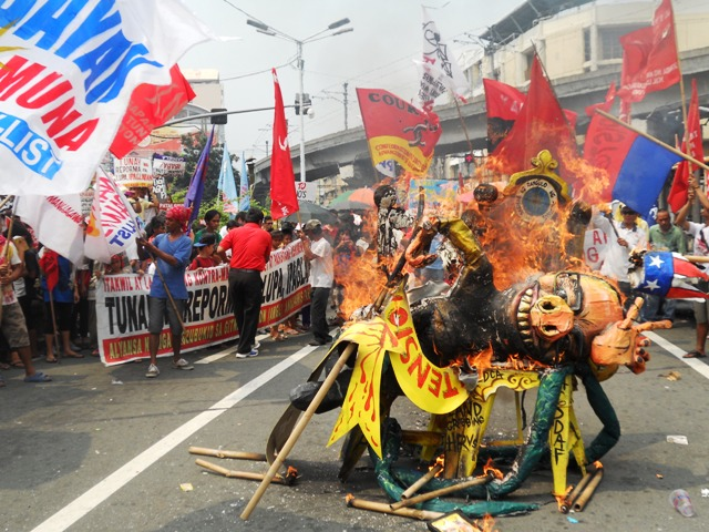 Burning effigy of  President Benigno S. Aquino III sitting in a two chairs symbolizing term extension and Charter Change. (Photo by A. Umil/ Bulatlat.com)