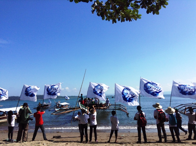 People from the Cancabato Bay, Basey in Samar Province to join a fluvial protest parade at Tacloban City. (Photo by M. Salamat/ Bulatlat.com)